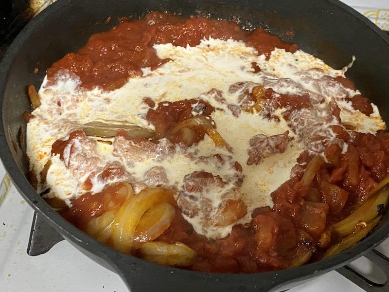ソイドルトマトクリームソース生クリームを入れて煮込む